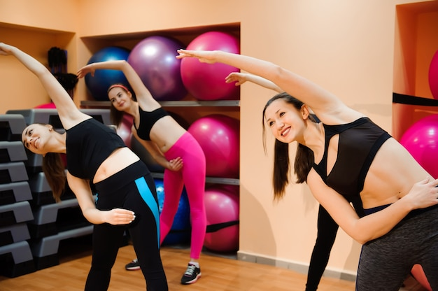 Concepto de fitness, entrenamiento, aeróbic, gimnasio y personas