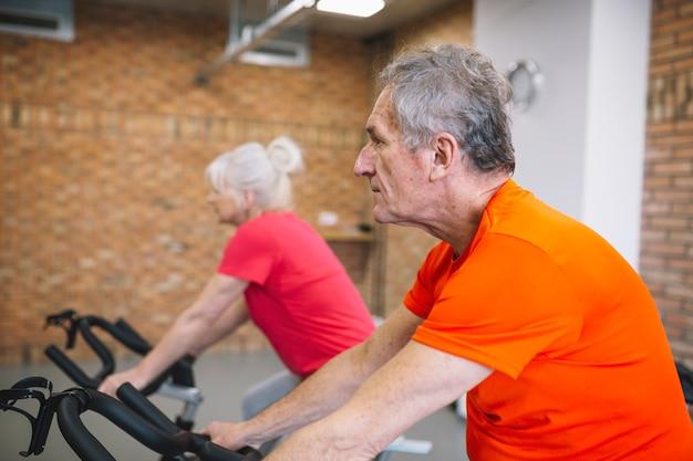 Concepto de fitness con gente mayor