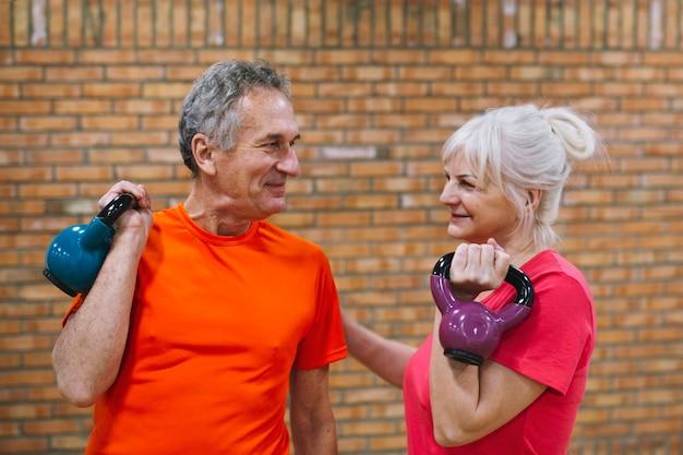 Concepto de fitness con pareja mayor