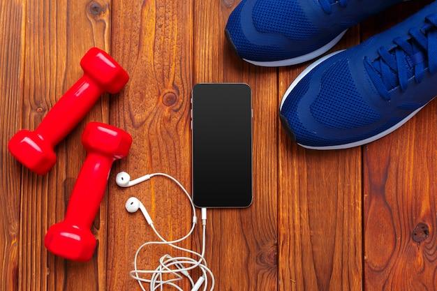 Concepto de fitness con zapatillas, mancuernas.