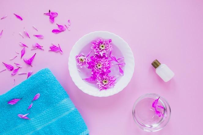 Concepto floral de belleza con toalla y cuenco de flores