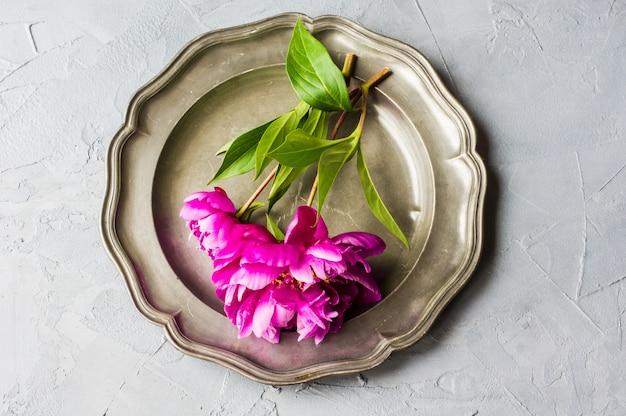 Concepto floral de verano con peonías