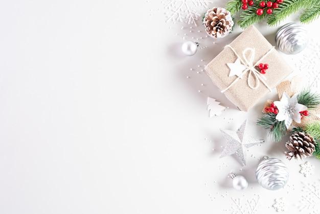Concepto de fondo de decoración de navidad. endecha plana sobre fondo blanco.