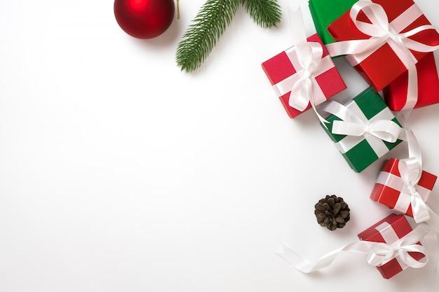 Concepto de fondo de marco de navidad. vista superior de la caja de regalo en blanco plano lay y copia espacio.