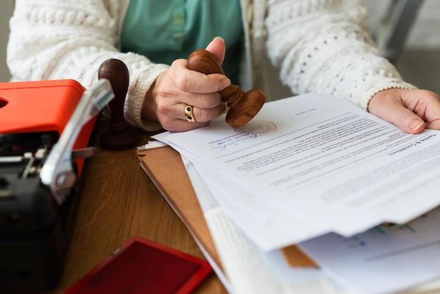 Concepto de formulario de contrato de sello de adulto de senoir