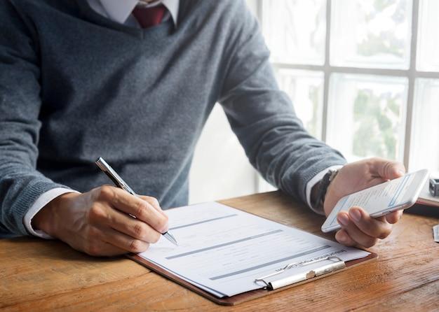 Concepto de formulario de solicitud de seguro de escritura de hombre