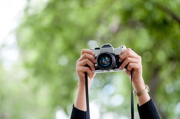 Concepto de fotografía de mano y cámara.