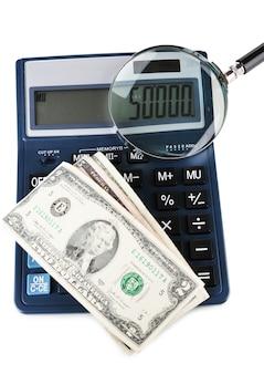 Concepto de fraude con lupa y calculadora, aislado en superficie blanca