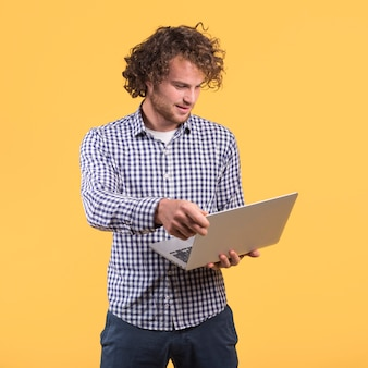 Concepto de freelance con hombre de pies usando portátil