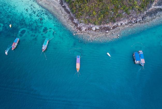 Concepto fresco de la libertad. día de aventura y turístico. vista superior de lancha rápida en el mar azul