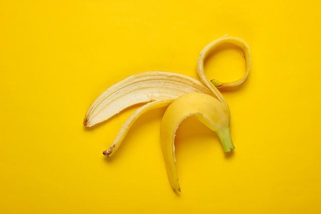 Concepto de fruta minimalismo. piel de plátano. vista superior