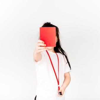 Concepto de fútbol con chica mostrando tarjeta roja