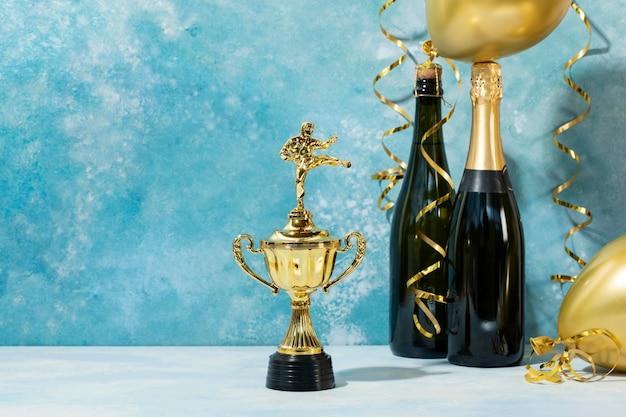 Concepto de ganador con arreglo de premios y globos.