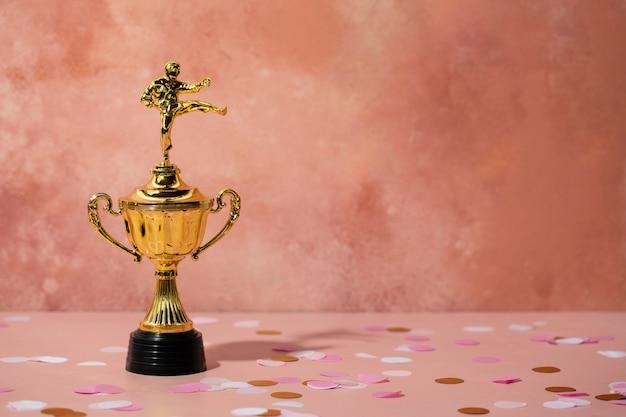 Concepto de ganador con el hombre en el premio de la copa