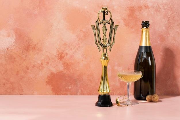 Concepto de ganador con premio y champagne.