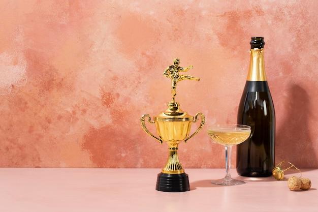 Concepto de ganador con premio dorado y bebida.