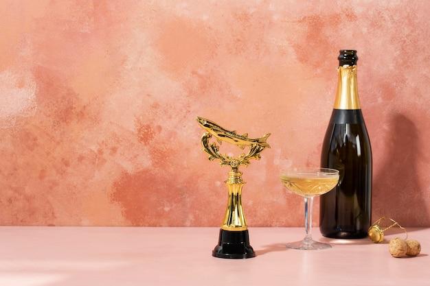Concepto de ganador con premio dorado y botella.