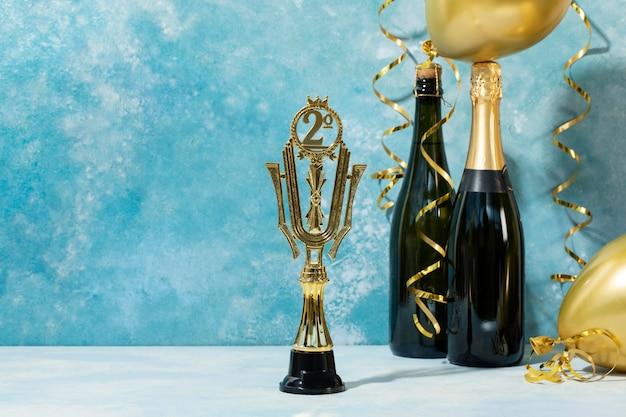 Concepto de ganador con premio dorado y globos.
