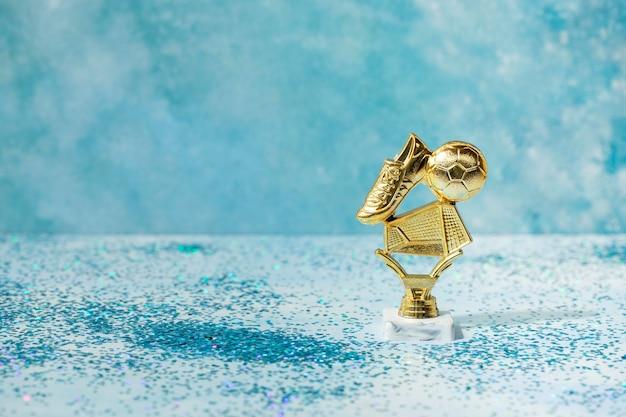 Concepto de ganador con premio de fútbol.