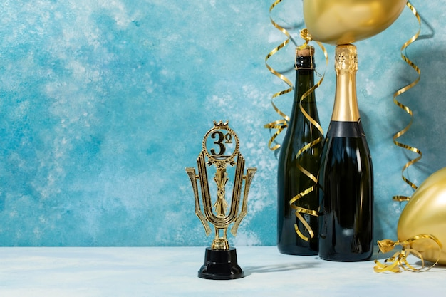 Concepto de ganador con premio y globos.