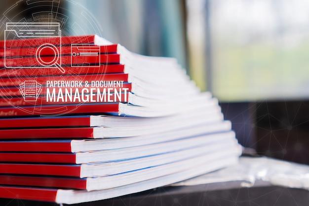 Concepto de gestión de documentos: el solicitante presenta el archivo de documentos de pila informa el formulario de solicitud de la empresa de documentos o la información de papeleo de pila en la oficina. negocio ocupado del icono de red de tecnología de datos hud