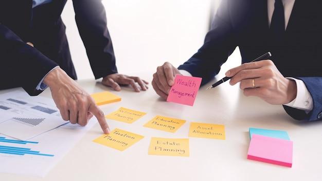 Concepto de gestión de patrimonio, hombre de negocios y equipo analizando el estado financiero para la planificación del caso del cliente financiero en la oficina.