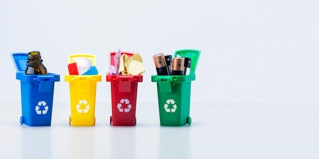 Concepto de gestión de residuos. contenedores de plástico para basura de diferentes tipos con espacio de copia. bandera.