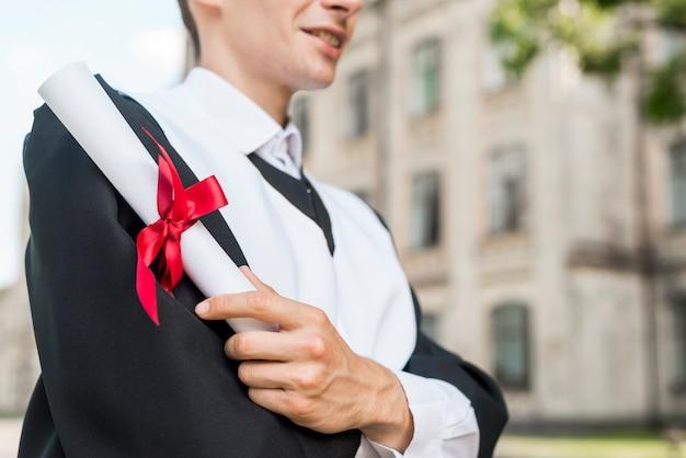 Concepto de graduación con retrato de hombre feliz