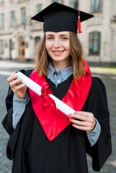 Concepto de graduación con retrato de mujer feliz