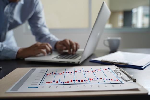 Concepto de los gráficos del tablero de instrumentos de las ventas del márketing del cliente