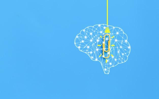 Concepto de grandes ideas con cerebro humano, clip, pensamiento, creatividad, bombilla sobre fondo azul, nuevo concepto de ideas