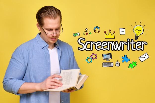 Concepto de guionista con iconos y hombre en una camisa azul sobre un fondo amarillo con gafas y lee un libro.