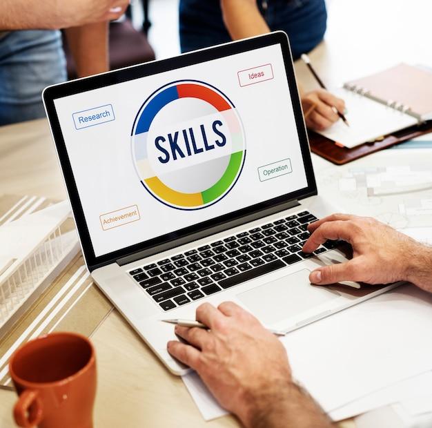 Concepto de habilidades y aprendizaje en línea en la pantalla del portátil