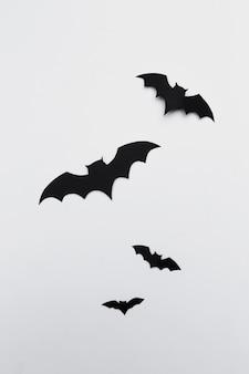 Concepto de halloween y decoración - murciélagos de papel volando