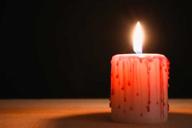 El concepto para halloween. murciélagos y una vela de sangre.