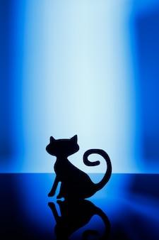 Concepto de halloween. silueta de un gato sobre un fondo azul.