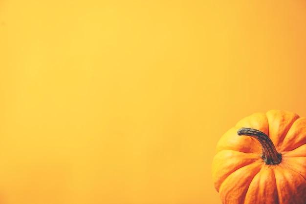 Concepto de halloween, tono amarillo con calabazas