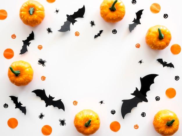 Concepto de halloween de vista superior con calabazas y murciélagos