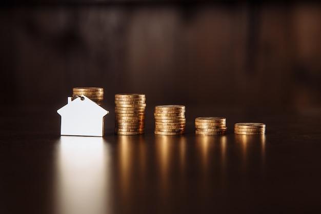 Concepto de hipoteca. mini casa y dinero