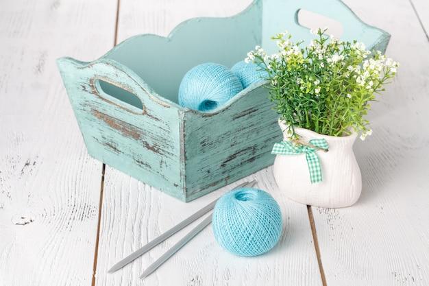 Concepto de hobby femenino de costura, bola de estambre en la mesa