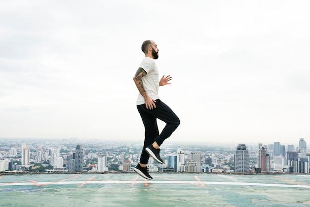 Concepto de hombre ejercicio entrenamiento en la azotea