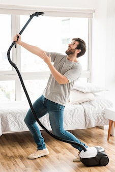 Concepto de hombre limpiando su casa