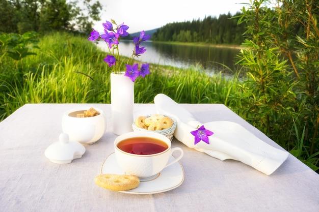 Concepto de horario de té de verano con campanas azules