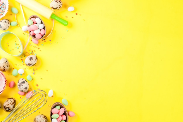 Concepto de horneado dulce para pascua cocinar fondo con hornear - con un batidor para batir cortadores de galletas huevos de codorniz azúcar rociado