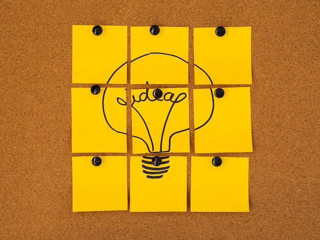 Concepto de idea bombilla post-it amarilla