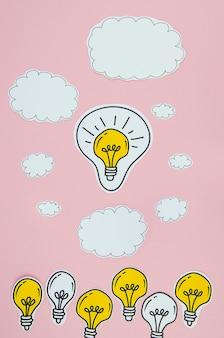 Concepto de idea de bombillas de plata y oro con nubes