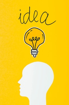 Concepto de idea de cabeza blanca y bombillas