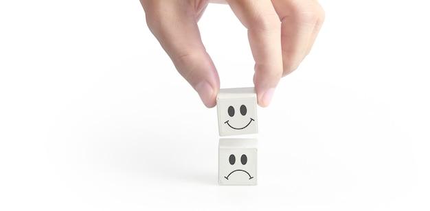 Concepto idea creativa e innovación. cubo bloque en mano con símbolo