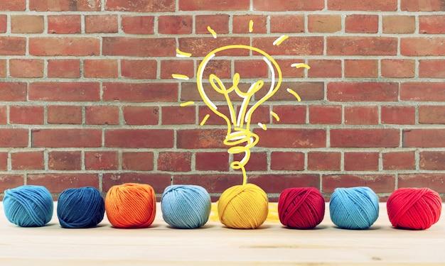 Concepto de idea e innovación con maraña de hilo de lana que da forma a una bombilla