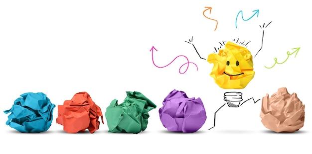 Concepto de idea e innovación con papel de colores arrugado